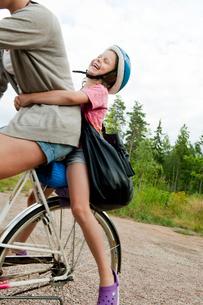 Sweden, Vastra Gotaland, Kallandso, Woman with daughter (6-7の写真素材 [FYI02701273]
