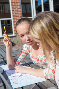 Sweden, Sodermanland, Nacka, Teenage girls (14-15) learning outside of schoolの写真素材 [FYI02701277]