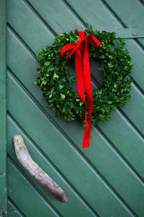 Sweden, Vastergotland, Christmas wreath hanging on doorの写真素材 [FYI02701348]