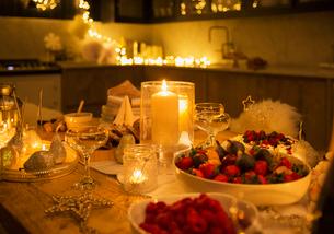 Candlelight Christmas tableの写真素材 [FYI02701393]