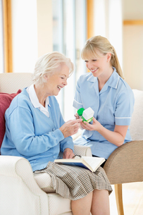Caregiver talking with older womanの写真素材 [FYI02701422]