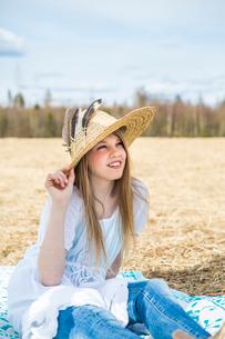 Finland, Keski-Suomi, Aanekoski, Portrait of girl (12-13) in straw hatの写真素材 [FYI02701650]