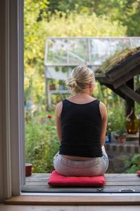 Sweden, Narke, Garphyttan, Woman sitting outdoorsの写真素材 [FYI02701717]
