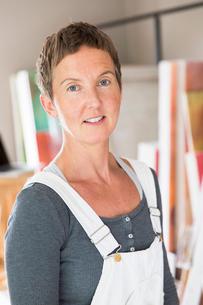 Sweden, Sodermanland, Jarna, Portrait of female artistの写真素材 [FYI02701756]
