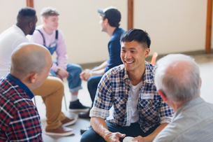 Men talking and listening in group therapyの写真素材 [FYI02701835]