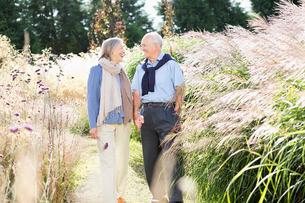 Older couple walking outdoorsの写真素材 [FYI02701845]