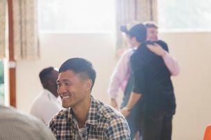 Smiling man enjoying group therapyの写真素材 [FYI02701934]