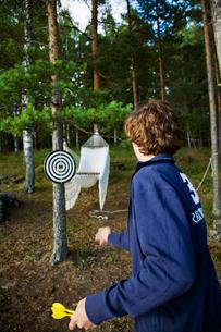 Sweden, Dalarna, Girl (14-15) playing darts outdoorsの写真素材 [FYI02701967]