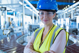 Portrait confident female worker with hard-hat and protective eyewear in factoryの写真素材 [FYI02701997]