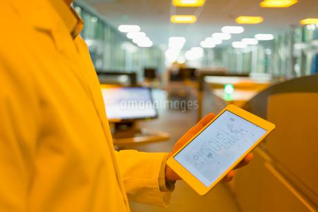 Engineer with digital tablet in factoryの写真素材 [FYI02702038]
