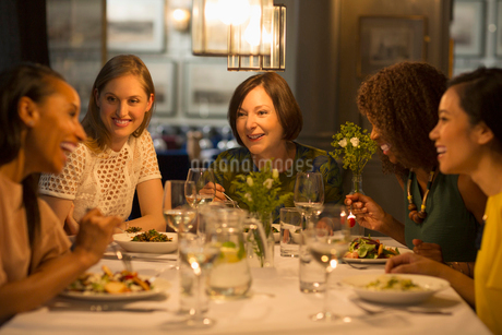 Smiling women friends dining at restaurant tableの写真素材 [FYI02702045]