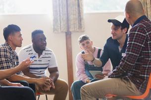 Men talking n group therapy circleの写真素材 [FYI02702090]