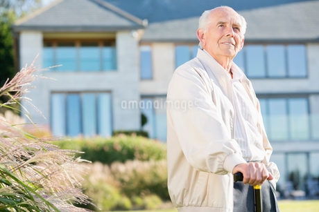 Older man walking with cane outdoorsの写真素材 [FYI02702165]