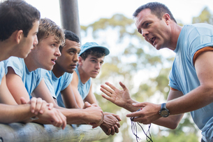 Team leader motivating team at boot camp obstacle courseの写真素材 [FYI02702191]