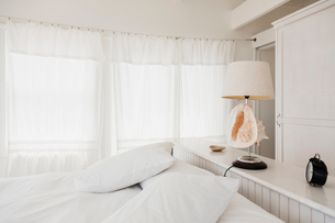 Shell lamp in white bedroomの写真素材 [FYI02702244]