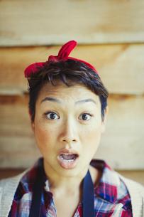 Close up portrait surprised womanの写真素材 [FYI02702290]