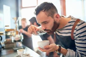 Male coffee roaster tasting coffeeの写真素材 [FYI02702306]