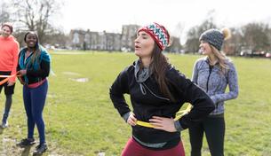 Women exercising in parkの写真素材 [FYI02702427]