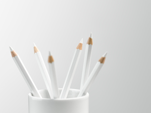 White pencils in white cup still lifeの写真素材 [FYI02702599]