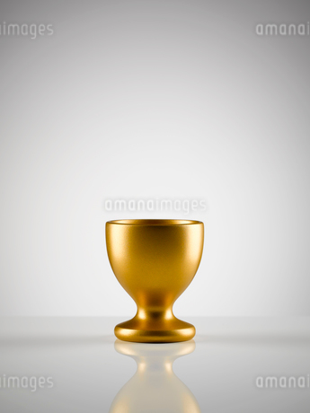 Empty golden egg cup holder against white backgroundの写真素材 [FYI02702639]