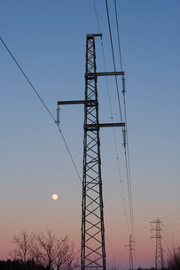 Sweden, Sodermanland, Oxelosund, Low angle view of power linの写真素材 [FYI02702670]