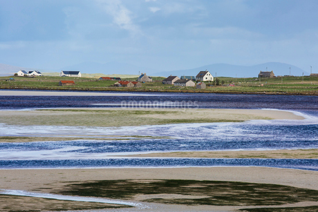 Sunny view fishing village and water, Oronsay, North Uist, Outer Hebridesの写真素材 [FYI02702683]