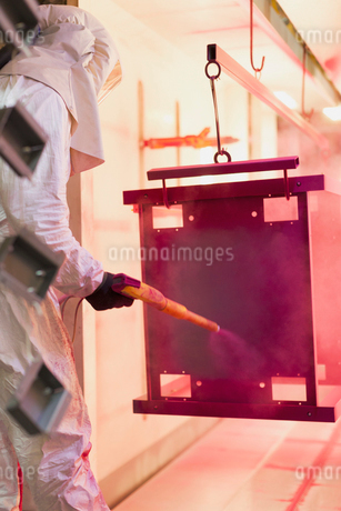Worker painting steel red in steel factoryの写真素材 [FYI02702752]