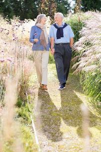Older couple walking outdoorsの写真素材 [FYI02702795]