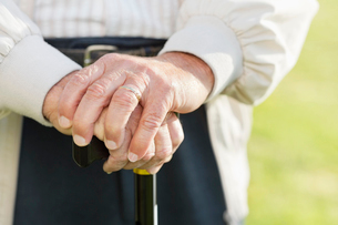 Close up of older man's hands on caneの写真素材 [FYI02702820]