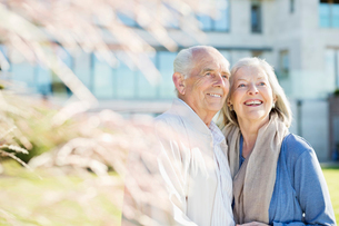 Older couple smiling outdoorsの写真素材 [FYI02702850]