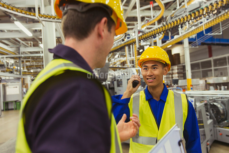 Workers talking in factoryの写真素材 [FYI02703024]