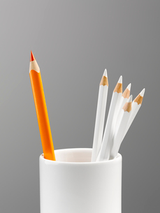 Orange pencil separated in cup with white pencils still lifeの写真素材 [FYI02703248]