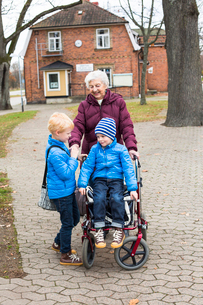 Sweden, Smaland, Tingsryd, Great-grandmother and childrenの写真素材 [FYI02703319]