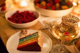 Layer cake and champagne on tableの写真素材 [FYI02703325]