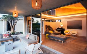 Illuminated living room open to patioの写真素材 [FYI02703330]