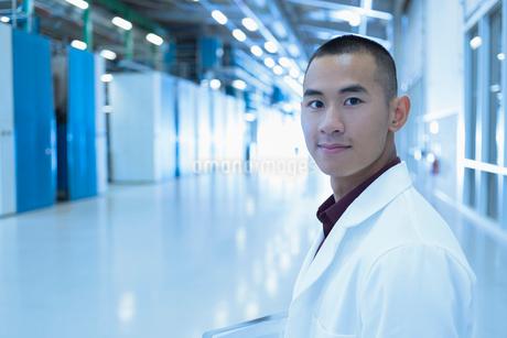 Portrait confident scientist in factory corridorの写真素材 [FYI02703455]