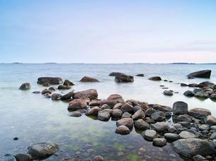 Finland, Uusimaa, Helsinki, Lauttasaari, Stones and rocks at coastの写真素材 [FYI02703557]