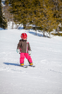 Norway, Osterdalen, Trysil, Girl (4-5) learning how to skiの写真素材 [FYI02703569]