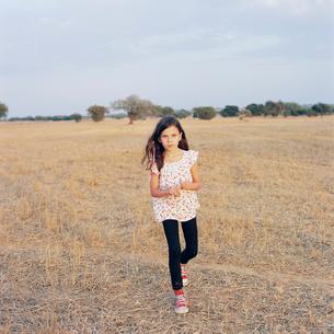 Portugal, Alentejo, Castro Verde, Portrait of girl (6-7) in fieldの写真素材 [FYI02703623]