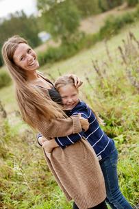 Finland, Uusimaa, Raasepori, Karjaa, Mother hugging her daughter (6-7)の写真素材 [FYI02703736]