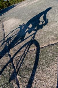 Finland, Turku archipleago, Shadow of man cyclingの写真素材 [FYI02703742]