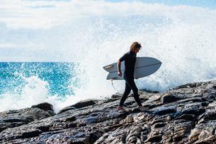 Australia, Queensland, Sunshine Coast, Noosa, Alexandria Bay, Surfer with surfboard against wavesの写真素材 [FYI02703743]