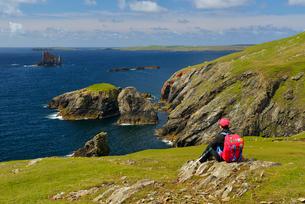 UK, Scotland, Shetland, West Sandwick, Hillswick, Senior woman looking at viewの写真素材 [FYI02703744]