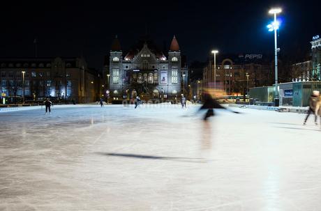 Finland, Helsinki, City ice rink at nightの写真素材 [FYI02703759]