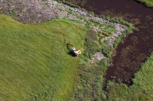 Finland, Uusimaa, Porkkala, Excavator on fieldの写真素材 [FYI02703770]