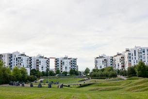 Finland, Uusimaa, Helsinki, Vuosaari, Green park in residential districtの写真素材 [FYI02703803]