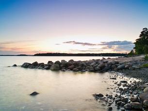 Finland, Uusimaa, Helsinki, Lauttasaari, Stones and rocks at coastの写真素材 [FYI02703874]