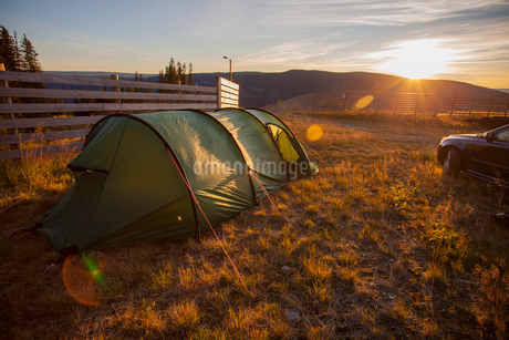 Norway, Hafjell, Tent at sunsetの写真素材 [FYI02703881]