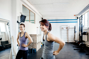 Germany, Two young women in gymの写真素材 [FYI02703882]
