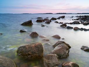 Finland, Uusimaa, Helsinki, Lauttasaari, Stones and rocks at coastの写真素材 [FYI02703884]